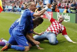 Un supporter croate rentre sur le terrain pour célébrer un but