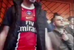Un supporter du PSG pète un plomb et tombe