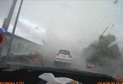 Une voiture se fait envoler lors d'un typhon