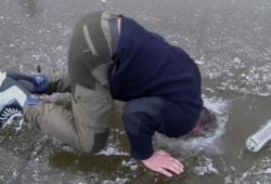 Patin à glace sur lac gelé + Vodka = n'importe quoi