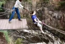 Elle fait de la balançoire géante aux dessus des chutes Victoria