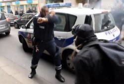 Des manifestants brûlent une voiture de police en patrouille