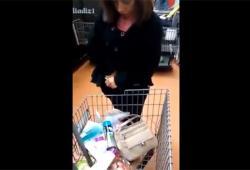 Une voleuse sort une quantité illimitée de produits de sa culotte