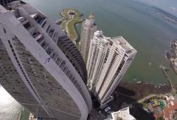 Ils rasent les buildings de Panama City en wingsuits