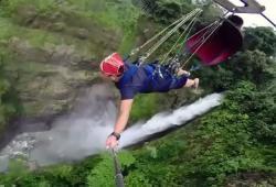 Un tyrolienne renversante au dessus d'une cascade