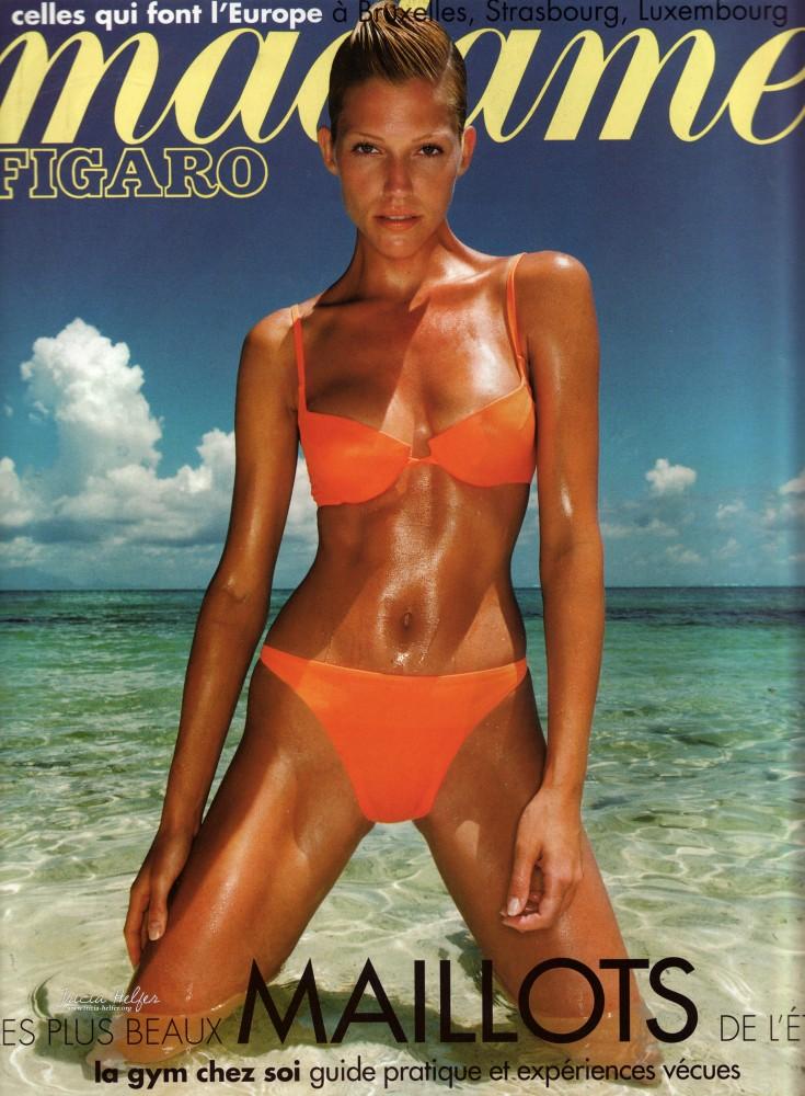Tricia Helfer en bikini orange pour Madame Figaro