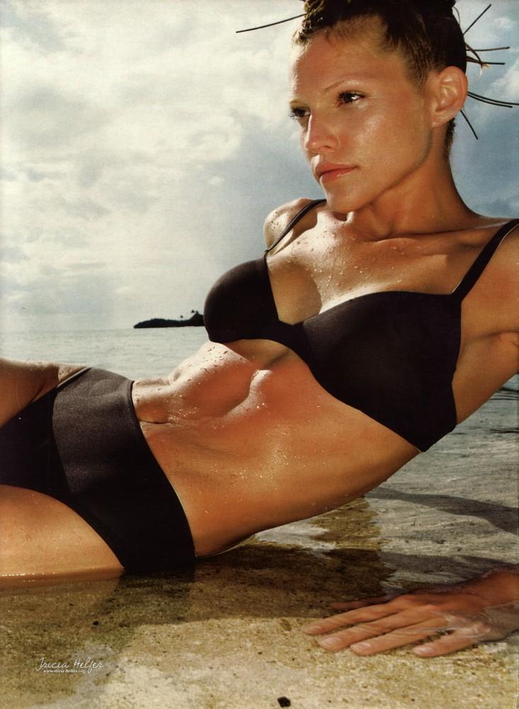 Tricia Helfer en bikini noir pour Madame Figaro