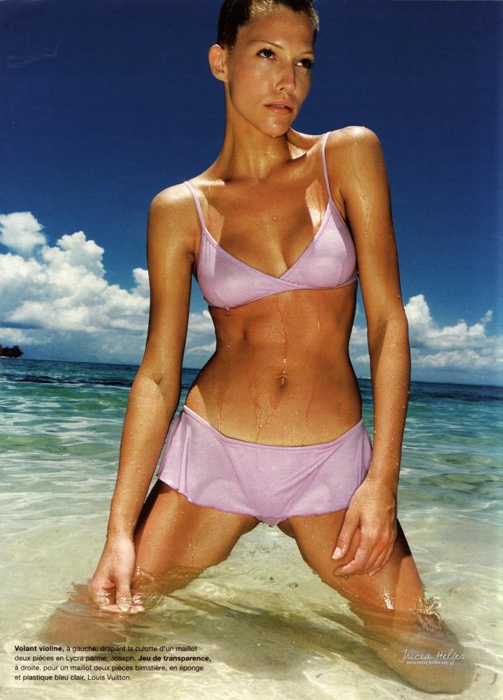 Tricia Helfer en bikini mauve pour le magazine Madame Figaro 1995