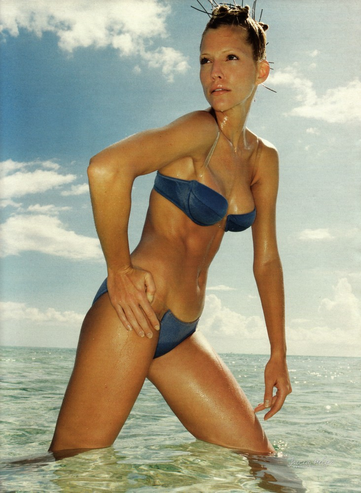 Tricia Helfer bikini bleu Madame Figaro 1995