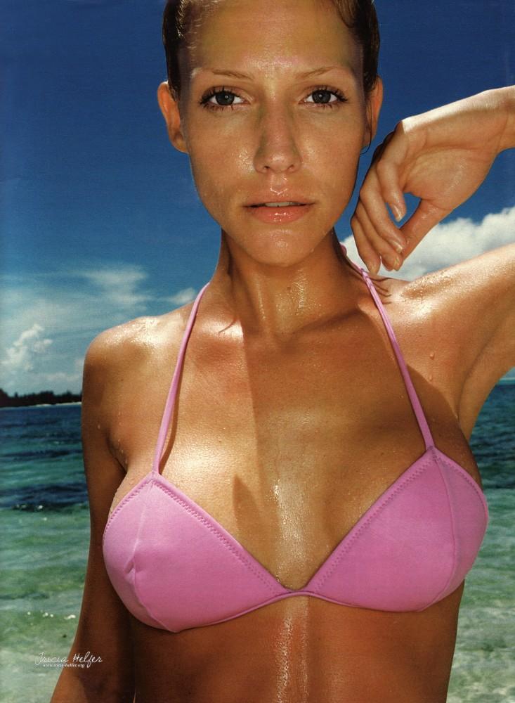 Tricia Helfer maillot de bain rose Madame Figaro 1995
